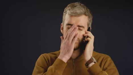 Hombre-recibe-malas-noticias-por-teléfono