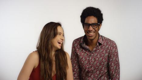 Pareja-se-ríe-juntos