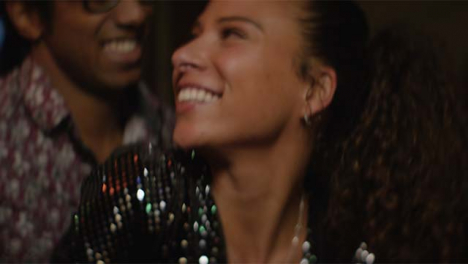CU-feliz-mujer-y-hombre-bailando-juntos