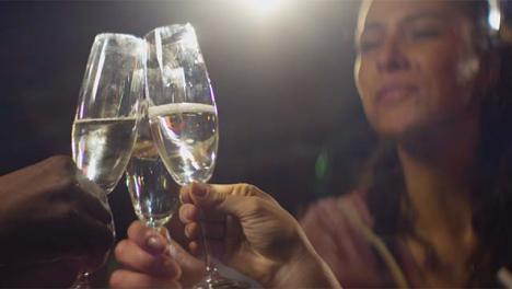 CU-Grupo-de-Amigos-Tintineando-Bebidas-Vasos