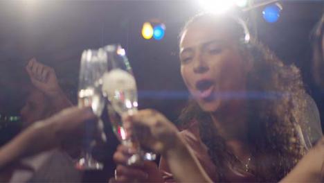 Grupo-de-amigos-bailando-y-tostando-bebidas