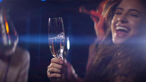 Mujer-baila-con-copa-de-champán
