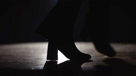 Mujer-joven-s-pies-bailando-en-primer-plano