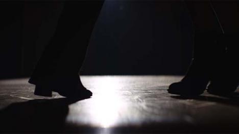 Pies-bailando-en-primer-plano
