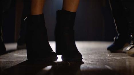 Grupo-de-pies-bailando-en-primer-plano
