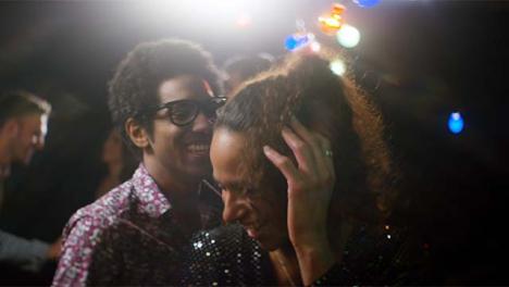 CU-Hombre-y-mujer-jóvenes-bailan-juntos