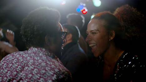 Joven-y-mujer-sonríen-y-bailan