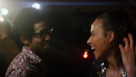 Pareja-feliz-baila-juntos