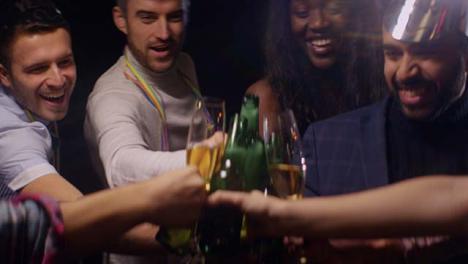 Grupo-de-amigos-aclama-sus-bebidas
