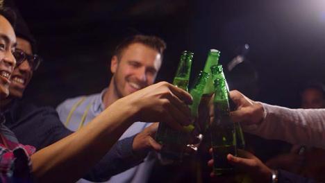 Amigos-celebran-año-nuevo-con-bebidas