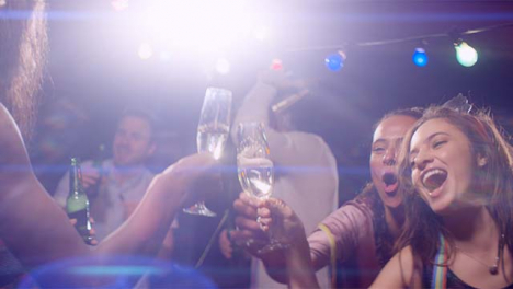 Las-mujeres-felices-bailan-y-hacen-clic-en-sus-bebidas