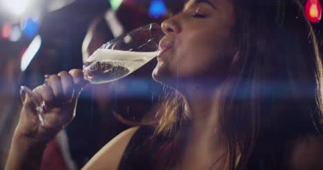 Cu-Junge-Frau-Trinkt-Champagner