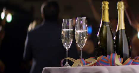 Copas-de-champán-y-botellas-en-la-mesa