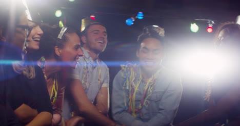 Grupo-de-amigos-la-danza-auld-lang-syne
