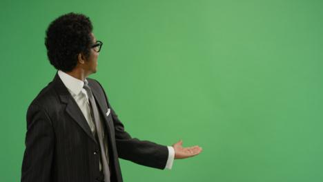 Empresario-gesticulando-con-los-brazos-en-pantalla-verde