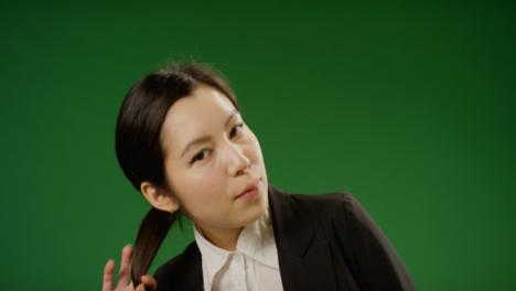 Porträt-Einer-Geschäftsfrau-Die-Ihr-Haar-Auf-Grünem-Bildschirm-Bewegt