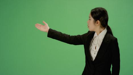 Mujer-de-negocios-gesticulando-con-los-brazos-en-pantalla-verde
