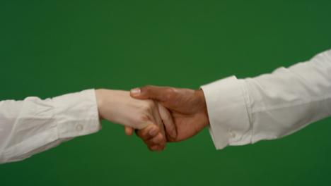 CU-Man-estrechar-la-mano-de-la-mujer-en-pantalla-verde