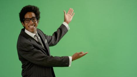 Hombre-de-negocios-feliz-gestos-con-los-brazos-en-pantalla-verde