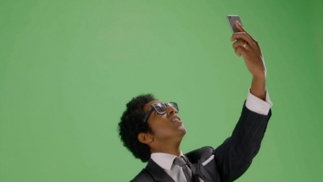 CU-Annoyed-man-trying-find-teléfono-signal-on-green-screen