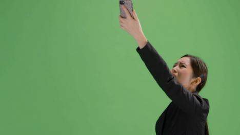 CU-mujer-enojada-tratando-de-encontrar-la-señal-del-teléfono-en-la-pantalla-verde