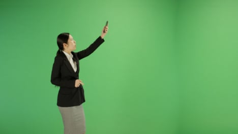 Angry-woman-trying-find-teléfono-signal-on-green-screen