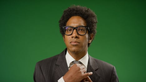 Porträt-Eines-Geschäftsmannes-Der-Krawatte-Auf-Grünem-Bildschirm-Anpasst