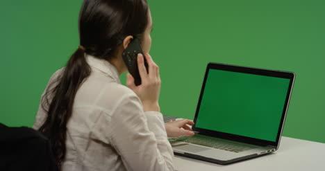 Geschäftsfrau-Die-An-Laptop-Arbeitet-Antwortet-Telefon-Auf-Grünem-Bildschirm