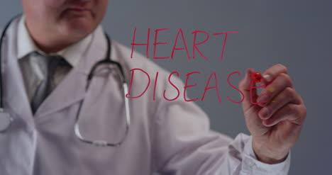 Médico-Escribiendo-A-Término-Enfermedad-Cardíaca