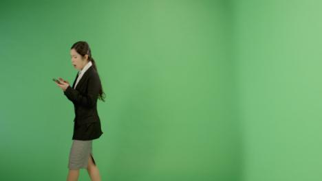 Mensajes-de-texto-de-mujer-molesta-mientras-caminaba-en-pantalla-verde
