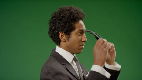 Geschäftsmann-Setzt-Eine-Brille-Auf-Und-Wendet-Sich-An-Die-Kamera