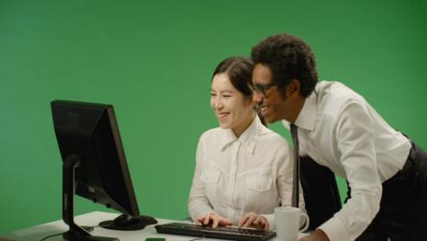 Hombre-de-negocios-feliz-que-controla-a-la-mujer-en-la-computadora