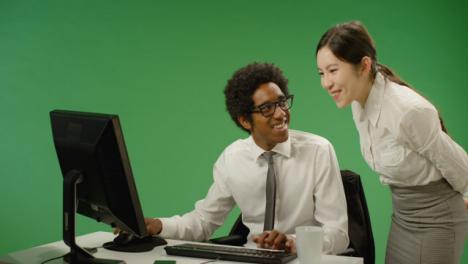 Mujer-de-negocios-feliz-comprobando-el-hombre-en-la-computadora