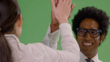 CU-Dos-personas-alto-5-en-pantalla-verde