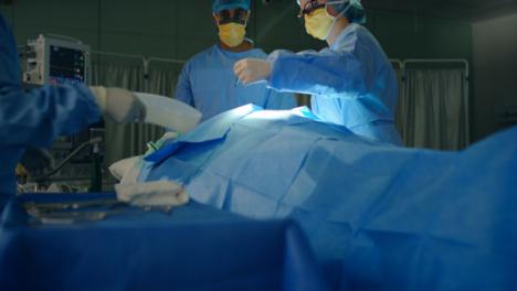 Cirujano-pasa-bisturí-a-asistente