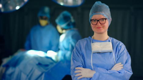 Personal-médico-femenino-mirando-a-cámara