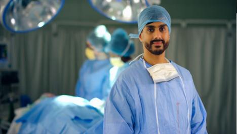 Retrato-de-cirujano-en-quirófano