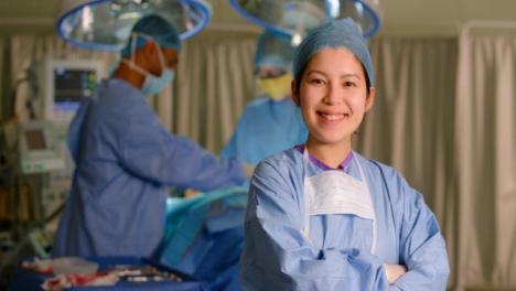 Porträt-Einer-Gemischtrassigen-Chirurgin