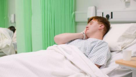 Paciente-masculino-enfermo-en-cama-de-hospital