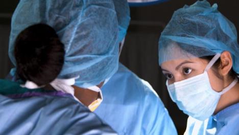 Cirujano-de-CU-asiente-con-la-cabeza-en-cirugía