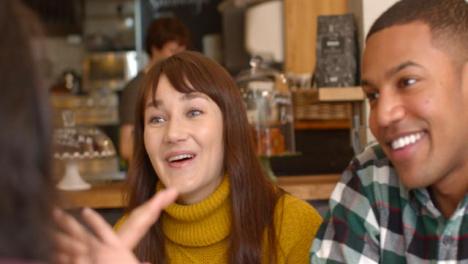Amigos-que-socializan-en-café