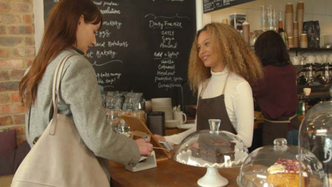 Mujer-Pagando-Café-Con-Smartphone