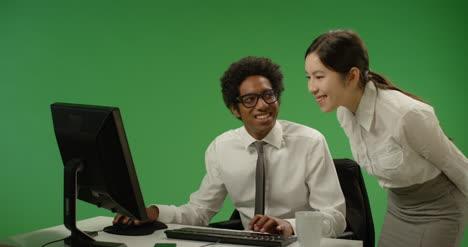 Mujer-de-negocios-que-controla-al-hombre-en-la-computadora