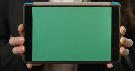 Frau-Hält-Tablet-Mit-Grünem-Bildschirm-In-Die-Kamera