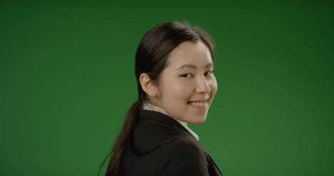 Geschäftsfrau-Lächelt-Auf-Grünem-Bildschirm-In-Die-Kamera
