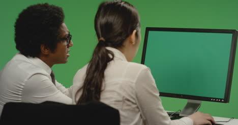 Los-colegas-parecen-preocupados-por-la-computadora-en-la-pantalla-verde