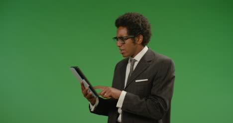 Empresario-frustrado-usa-tableta-en-pantalla-verde