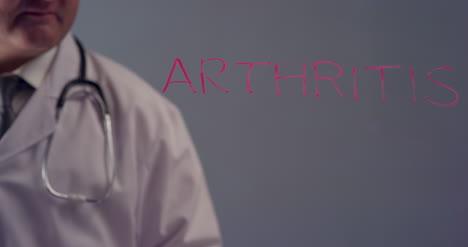Doctor-Escribiendo-La-Palabra-Artritis