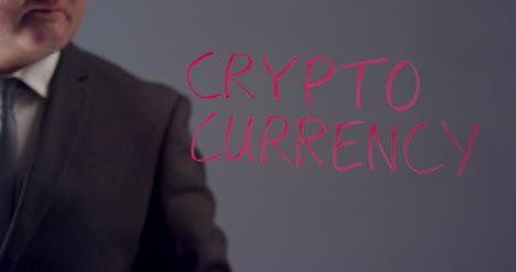 Empresario-escribe-el-término-criptomoneda