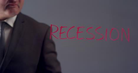 Hombre-de-negocios-Writing-Word-Recession